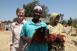 Project Leader Assoc Prof Robyn Alders (left) and poultry farmers, Singida, Tanzania. (Photo: S Ingleton 360º)